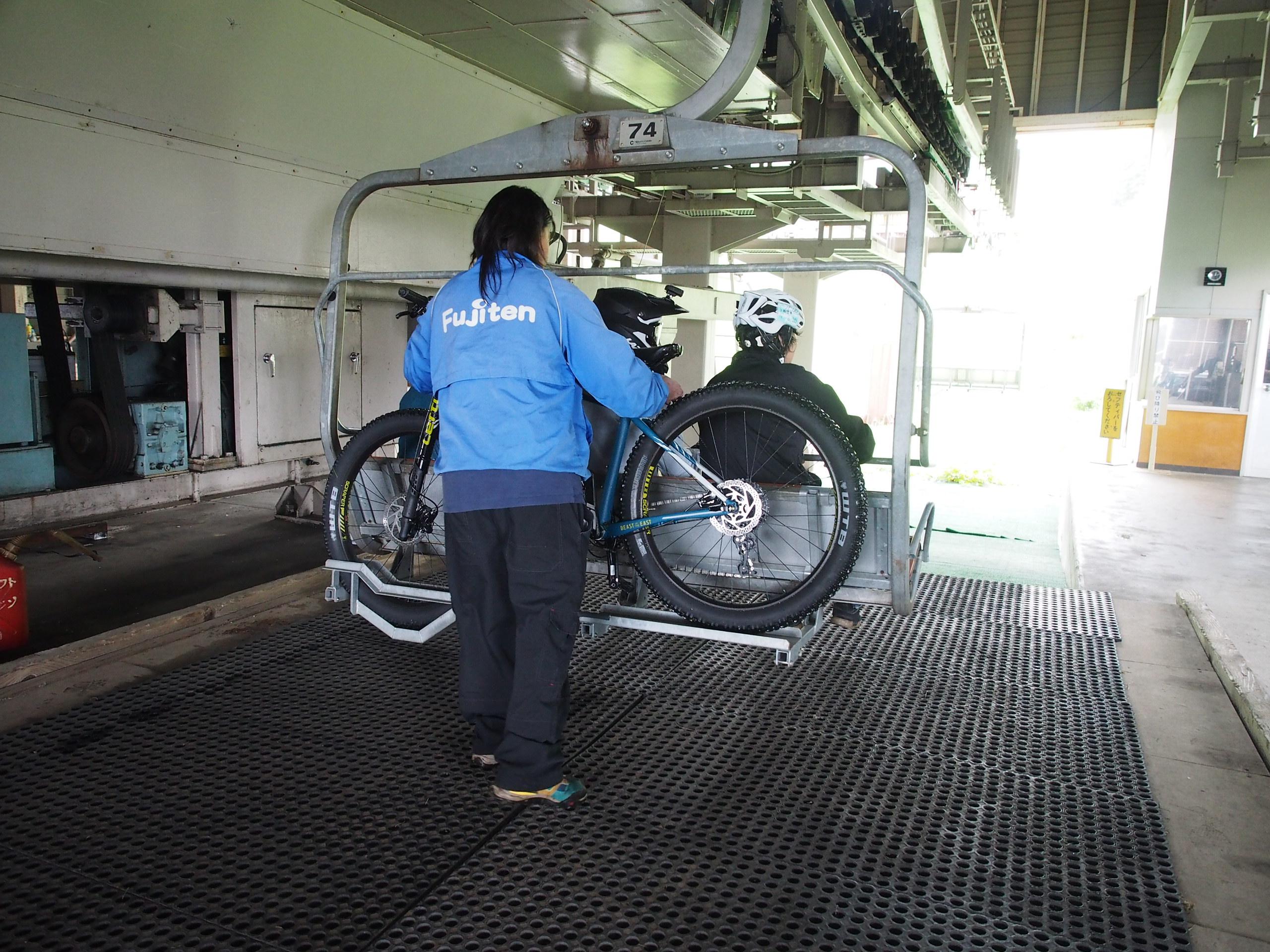 係員さんが自転車をリフトに載っけてくれます